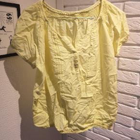 Sælger denne fine gule t-shirt, ved ik hvor den er fra og størrelsen er klippet ud men vil sige den passes af Medium. Den er brugt en smule og brugsspor kan forekomme.