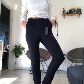 Fede bukser fra Vero Moda. Aldrig brugt, kun prøvet på. Str. Xs, men passes bedst af small som jeg selv er. De er højtaljede og i det lækreste stof. De ser sorte ud, men er mørkeblå.    Tjek også gerne mine andre opslag, for mere fedt og billigt tøj 💕