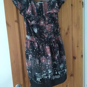Smuk silke kjole fra japanske Tsunami Chisato. Str. Xs/s. Nypris 2700 kr   Husk at tjekke resten af mine annoncer. Rydder godt ud.