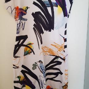 Sporty kjole med fugle og grafitti. Brugt få gange og virkelig flot i farverne.