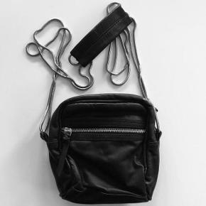 Taske i ægte læder fra Moss Copenhagen. Lille mørk syning i siden (se billede) og har lomme indeni. Brugt få gange👜  Byd gerne!! 🙋 Rabat ved køb af flere produkter - alt skal væk🌻  Skriv for flere billeder og information💌