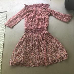 Så smuk kjole dog købt for lille. Brugt en gang. Nypris 4350kr