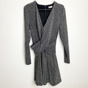 Custommade grå glimmerkjole med små skulderpuder. Polyester-agtigt materiale. Lidt stretch.