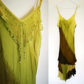 Vintage kjole i det letteste Crepe Viskose materiale, og med de fineste perler ved brystet.