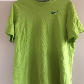 Grøn t shirt med blå niketegn
