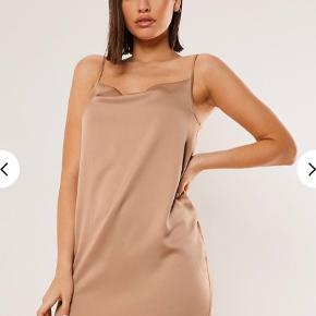 Missguided satin kjole i farven mocha. Den er aldrig brugt da den er for stort.  Str UK 4, passer ca xs/s.