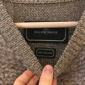 Lama-pels sweater fra Malene Birger med guld strikket ryg og ærmer. Super fin og lækker kvalitet. Perfekt til fine arrangementer og fest. M. Fin stand og brugt få gange.