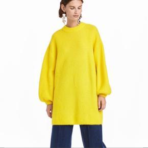 Smuk neon gul strik fra H&M trend, str. S. Brugt en gang i meget kort tid. Sælges da jeg simpelthen ikke får den brugt. Fremstår næsten som ny. Nypris 600 kr. Jeg bytter ikke. Den er lavet af 34% mohair, 34% uld, 5% elastan og 27% polyamid. I pasformen er den oversize.