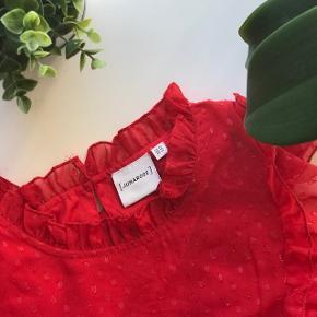 Mega fin bluse fra Junarose Den er størrelse 42 men er lille i størrelsen.   Nypris 450kr   Sælges billigt, da jeg gerne vil af med den. Så byd!