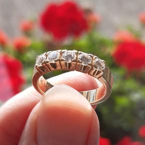 Ekstrem flot og kraftig Alliancering i 14 karat guld fra Scrouples sælges.  Prydet med 5 brillantslebne diamanter på i alt ca. 0,50 carat. (0,55 ct.) Farve: Wesselton. Klarhed: SI. Str. 51. Stemplet SC 585. Bredde 4 mm. Købsbilag medfølger.   ** Diamantring - Fingerring - Brillant ring - Guldring med diamanter - Brudeudstyr smykker - Smykker guld - Ring diamant - Ring guld - Alliancering - Guld smykker **