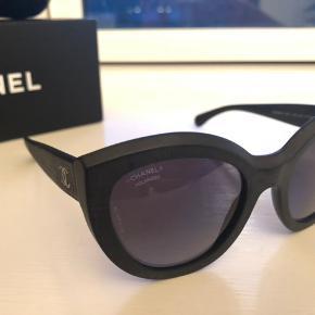 4360035ad624 Fedeste og købt limited chanel solbriller i mat sort med polarized glas