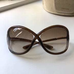 Fine solbriller fra Tom Ford. Med etui og klud. Der er et par mindre ridser i brillen - se billede, og etui er lidt slidt. Derfor den billige pris🙌☀️