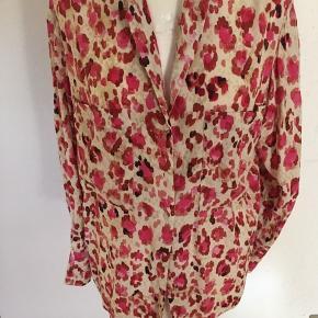 Lækker skjorte i pink/rødbrun dyreprint. Let taljeret med fin knapdetalje på   Sender m DAO og tager ikke retur.