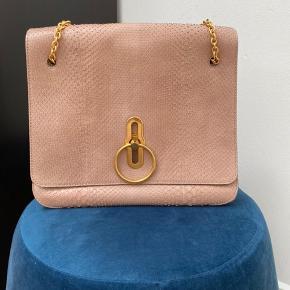 Overvejer at sælge denne smukke taske, da den lige nu bare står i skabet...