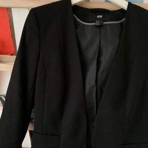 Blazer fra H&M. Kun brugt få gange, så fejler intet:) Sig endelig til hvis flere billeder ønskes