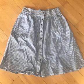 Hvis/blå stribet nederdel fra objekt, aldrig brugt!  Den går til knæene, og den er ikke gennemsigtig da der er en tynd kort underkjole under.