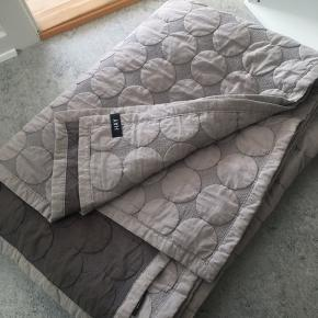 Passer til en trekvart seng (140x200) - tæppet måler 195x245 cm