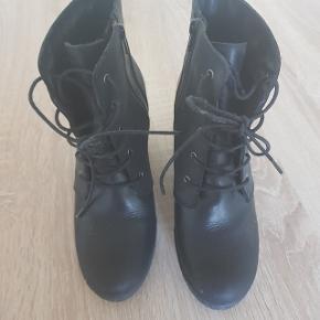 Fine støvler med hæl Brugt en enkel gang.  Kun til afhentning i Aalborg  Kom gerne med et bud