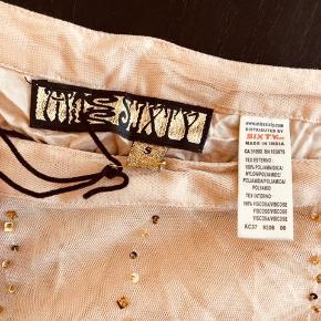 Fin nederdel i beige/svag lyserød. Aldrig brugt, stadig med mærke