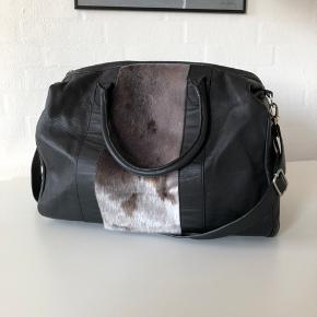 Great Greenland Urban Big Bag, ny pris 3500kr, måler 44x25x23. kan evt sælges sammen med Great Greenland clutchen for en samlet rabat pris. Køber betaler fragt.