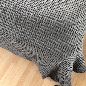 Flot stort sengetæppe sælges i forbindelse med at vi flytter. Det ligger dobbelt på billedet.   Er som nyt ☺️  Vil helst at det afhentes i Aalborg, da det er stort og tungt at sende.