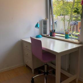 b: 130 d: 60 h: 74  Fint skrivebord med 3 sæt skuffer, brugt på et pigeværelse - stadig i fin stand. Kontorstolen følger med i prisen, hvis interesseret.