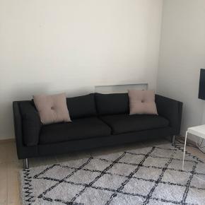 Super dejlig sofa, ingen skader eller tegn på slid, stået på mit værelse. Mærke ukendt da jeg fik den i gave, og det ikke ses på sofaen. God kvalitet og dejlig at sidde i.