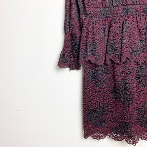Designers Remix rød/sort blondekjole med sort underkjole.