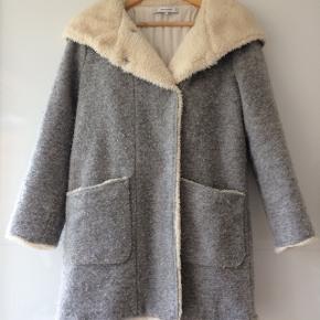 Dejlig varm frakke med fake fur pels / hætte / længde ca. 77 cm / bryst mål ca. 2 x 55 cm
