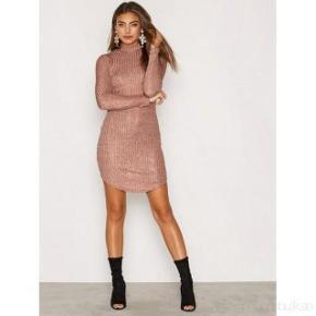 Farve: Se billede Oprindelig købspris: 199 kr.  Super udsalg.... Jeg har ryddet ud i klædeskabet og fundet en masse flotte ting som sælges billigt, finder du flere ting, giver jeg gerne et godt tilbud..............  Elegant smart kjole med glimmer effekt Brystvidde:  Talje:  Desværre købt for lille - aldrig bru