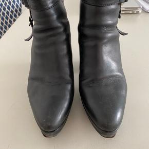 Sælger mine super cool Anne Studios Orbit Boots. Der er 100% læder, og meget brugte. De sælges derfor billigt, da de skal en tur forbi skomageren.  Der er spænde med nitter, solid høj hæl på 8.5 cm, spids snude og lynlås i siden.  Byd gerne.