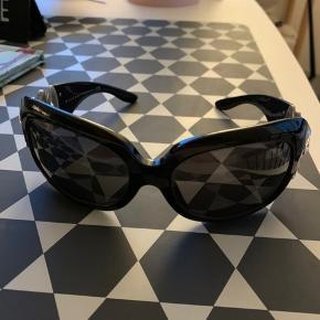 De smukkeste Hollywood solbriller med Swarowski sten. Desværre er en af stenene blevet limet, så limen har falmet en af stenene lidt - mp. 1000 kr