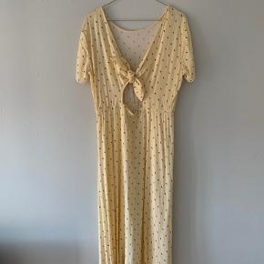 Pastel gul kjole fra envii, med bindebånd i ryggen. Kun brugt 2 gange og fejler intet.    Prisen er inklusiv forsendelse med DAO