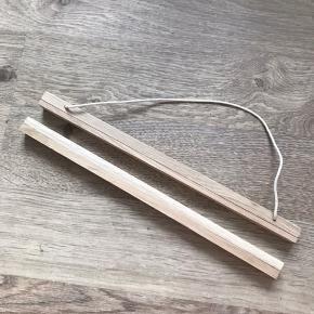 Træramme til plakat eller billede fra H&M.  Træ med magnetlukning og bomuldssnor.  32 cm