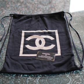 """Lækker vintage Chanel gym bag. Mener at modellen hedder """"Chanel Sport Line CC Backpack"""". Lavet i silkeblødt bomuld.   Ikke et item du finder hver dag!  Kort og pose medfølger.  Mp: 6000kr"""