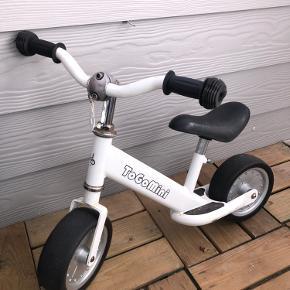 """Cyklen er brugt og der er dukket lidt rust op her og der. Men den fejler intet og der er utallige af cykelture tilbage i den.  Super som et springbræt til en """"rigtig cykel""""   NYPRIS 449,95,-"""