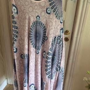 Rosa og blå kjole fra New Wear der desværre ikke er kommet i brug. Brystmålet er 2 x 68 cm Hoftemålet er 2 x 105 cm  Længde 115 cm