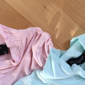 """2 stk. Nye Bluser Størrelse: XS + S Farve: Lyserød + Lysegrøn Oprindelig købspris: 300 kr.  Super udsalg.... Jeg har ryddet ud i klædeskabet og fundet en masse flotte ting som sælges billigt, finder du flere ting, giver jeg gerne et godt tilbud..............  """" flotte bluser - begge nye og ubrugte.  Begge for 99 kr + forsendelse"""