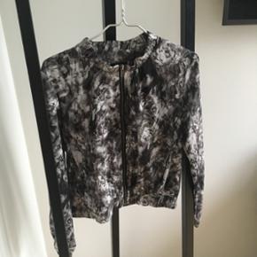 Sælger denne utrolig fine bomber jakke/blazer jakke fra Sorbet, kun brugt en enkelt aften.Bud er altid velkomne☺️  Nypris: 400kr.  - Afhentes i Aarhus C - Sender forsikret via DAO, køber betaler porto 38-45kr.