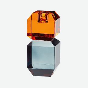 Smuk lysestage i krystal fra Hübsch ✨💛🥂 Lysestagerne er i de fineste farver og meget dekorativ at sætte sammen med andre lysestager.  6x6xh14cm Fejler intet Farve Amber/dark  Normal pr. Stk 560kr. Pris nu: pr. stk. 450 kr.  Køb begge for: 750kr