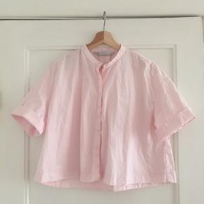 Fin lyserød skjorte. Er lidt længere end billedet antyder :)