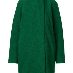 Den populære Hoff jakke fra Samsøe Samsøe i denne smukke grønne farve. Jakken er i en fin uldkvalitet og har en god længde der lige går nedover bagdelen. Den lukkes med knapper foran, og kan knappes helt op til halsen.   Kvalitet: 50% Uld, 50% Polyester