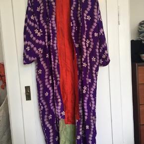Smuk gammel kimono fra Japan. Det er en pigestørrelse, men kan også bruges af en voksen str small.