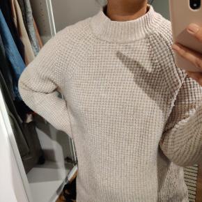 Lang sweater. Kan også bruges som kjole.