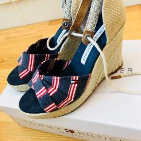 Varetype: Sandaler Farve: Blå Oprindelig købspris: 899 kr.  Tommy Hilfiger sandaler med kilehæl, brugt 2 gange, så standen som ny! Mp 500