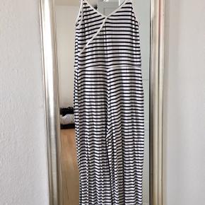 Lækker og behagelig jumpsuit med stropper og vide bukseben. Hvide/sorte striber.  Afhentes i Roskilde eller sendes med DAO på købers regning😊
