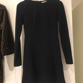 Mørkeblå kjole fra Zara   Kan afhentes i Gug eller Aalborg eller sendes med dao for købers regning   Se også mine andre annoncer - jeg giver mængderabat