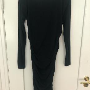 """sort stram jersey kjole med """"rynker"""" i siden"""