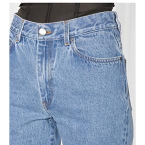 Mega fede jeans fra & other stories. High waist og let washed look.  Størrelsen er 28 og fitter en M.    Giver mængderabat så se gerne mine andre annoncer ☀️ sender med DAO