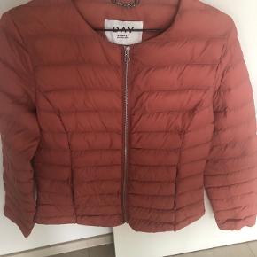"""Smuk Day Birger et Mikkelsen jakke til efteråret.  Som ny.  Den er sådan lidt """"dæmpet brændt"""" lyserød/Rosa/koral i farven.  Virkelig fin.  Byd"""